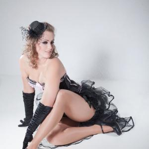 Frau im sexy Burlesque Outfit in provokante Pose
